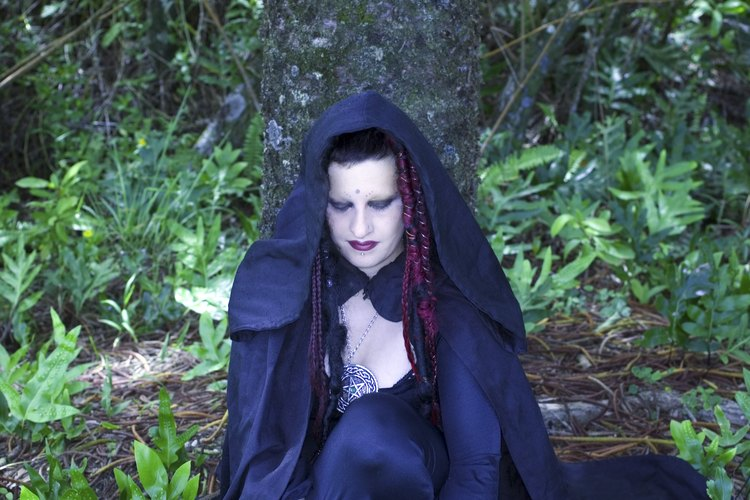 Crea tu propia túnica de bruja para usar en fiestas de disfraces o incluso en rituales.