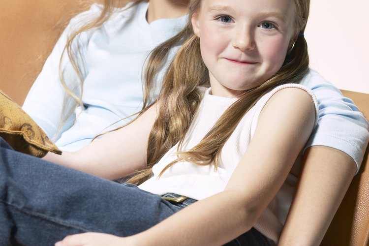 Generalmente cuando los padres trabajan los adolescentes tienen que cuidar a los hermanos menores.