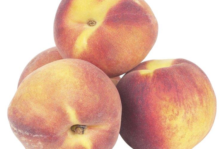 Un durazno es una fruta que puede añadirse a platillos con otras frutas.