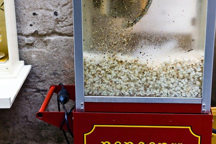 Alquila una máquina de palomitas de maíz para tu próximo evento y sirve dulces recién hechos, calientes y crujientes.