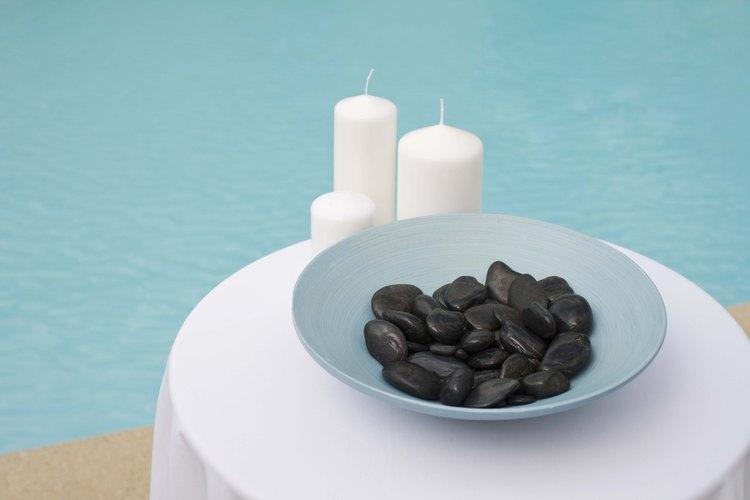 Existen muchas formas de colocar velas flotantes sobre la piscina.