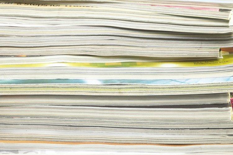 Los editores de revistas revisan los detalles de cada tema en la publicación.