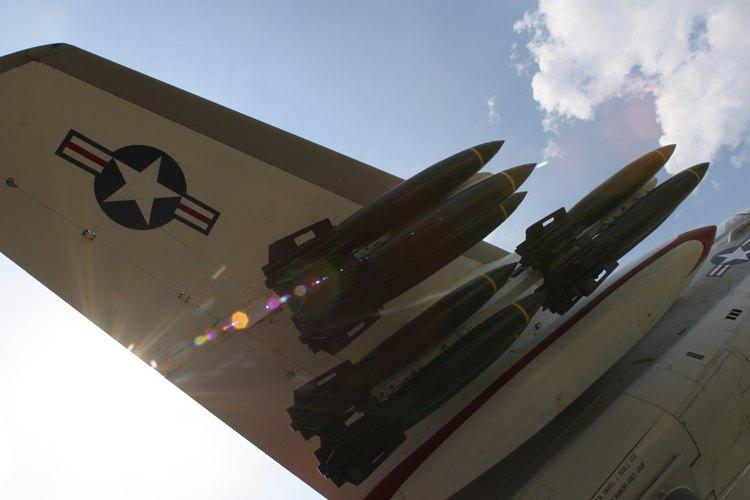 Los sistemas de armas de los aviones de combate y las trayectorias de vuelo están en manos de los navegantes de la Fuerza Aérea de Estados Unidos.