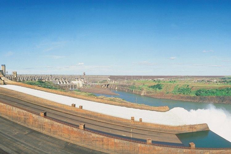 La represa de Itaipú se encuentra en la frontera entre Paraguay y Brasil.