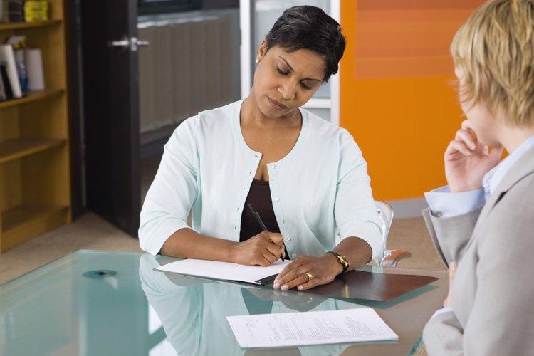 Pásale tu currículum a algún miembro de tu familia, amigo o compañero de trabajo y pídele una segunda opinión o un consejo.