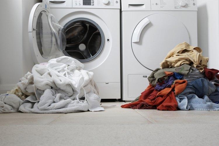 Poner en la lavadora ropa de color y ropa blanca juntas puede dañar los tejidos para siempre.