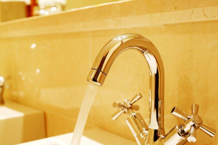 Agua caliente puede salir de tu llave de agua fría por varias razones.