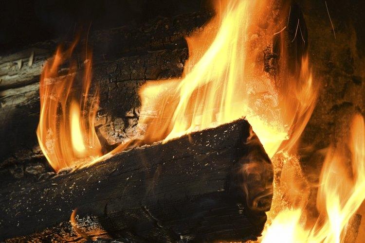 Las moléculas en los troncos reaccionan con el oxígeno para formar una reacción de combustión.