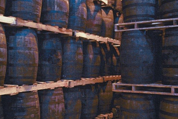 La FDA requiere que todos los bourbones en los Estados Unidos se añejen en barriles nuevos, carbonizados, estadounidenses y de roble blanco.
