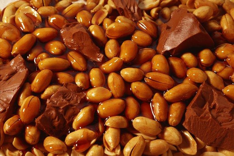 Las barras de chocolate similares a las Snickers tienen chocolate, caramelo y maní.