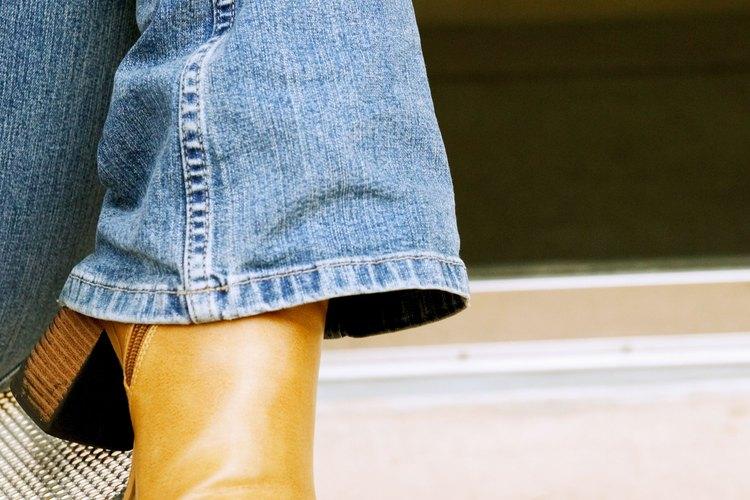 Muestra tus botas enrollando tus jeans de manera ajustada alrededor de tus tobillos.