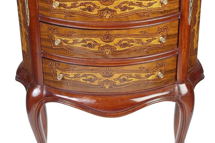 Repara una marca de quemadura en un mueble de madera para hacer que se vea como nuevo.