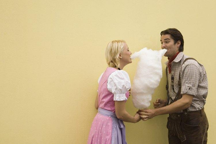El algodón de azúcar es fácil de hacer en casa sin una máquina.
