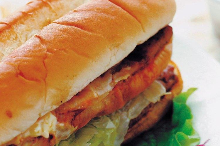 Mezcla carne, queso y vegetales para hacer un sandwich tipo Subway.