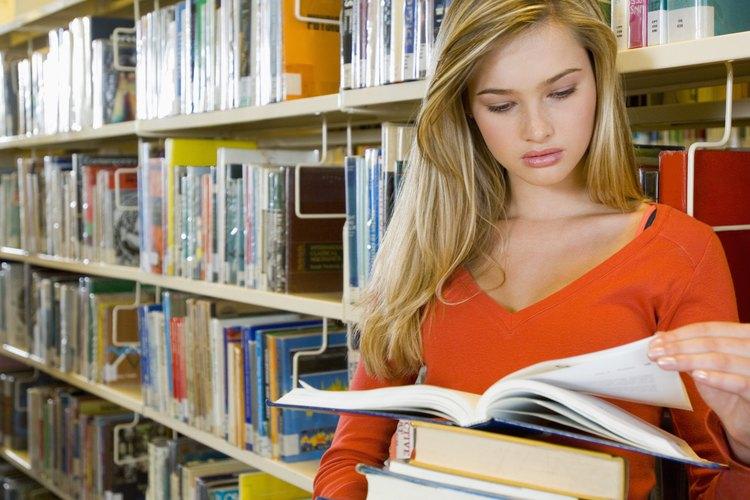 Una mujer estudiando en una biblioteca.