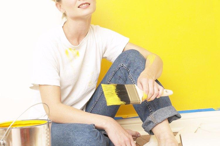 Lava las paredes antes de pintarlas para encontrar problemas que puedan causar manchas o grasa más adelante.