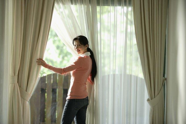 Corta dos paneles de la tela para tus cortinas utilizando el patrón de muselina.