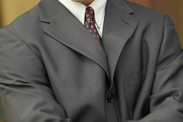 Al escoger las telas adecuadas y los detalles, los hombres delgados pueden crear la ilusión de grosor.