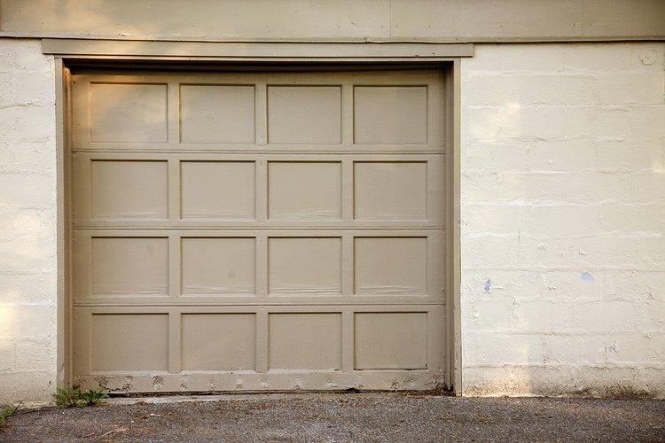 Ajusta los límites hacia arriba y hacia abajo de tu abridor de la puerta del garaje para que la puerta funcione correctamente.