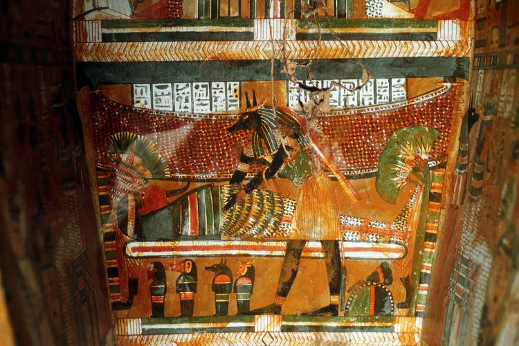 Los ataúdes de madera egipcios tienen pinturas intrincadas.