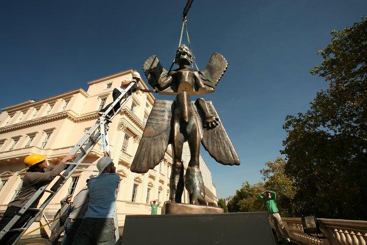 Una escultura del dios mesopotámico, Pazuzu, en exhibición fuera de un museo de arte en Londres.