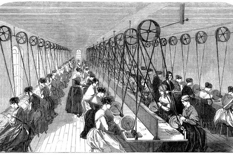 Las mujeres y los niños eran empleados en las fábricas durante la Revolución Industrial.