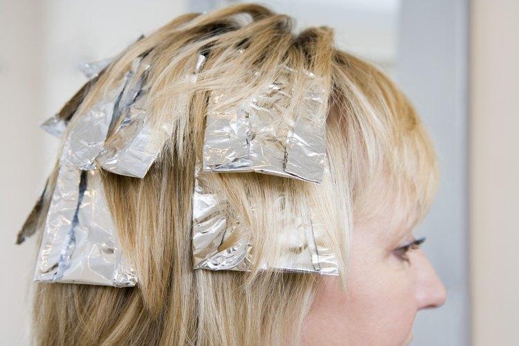 Con algunas hojas de papel de aluminio puedes agregarle drama y profundidad a tu color de cabello.