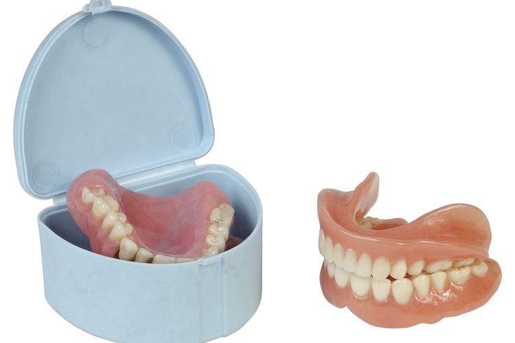 Los técnicos de laboratorio dentales trabajan principalmente con dentaduras.