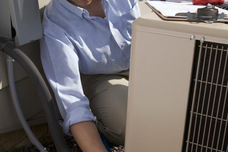 Comprueba el espesor de la línea de suministro de cobre del compresor de aire acondicionado para detectar signos de escarcha o hielo.
