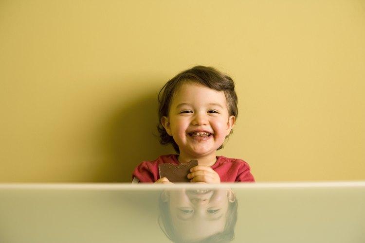 Al final de su primer año, la mayoría de los bebés puede comer sólidos.