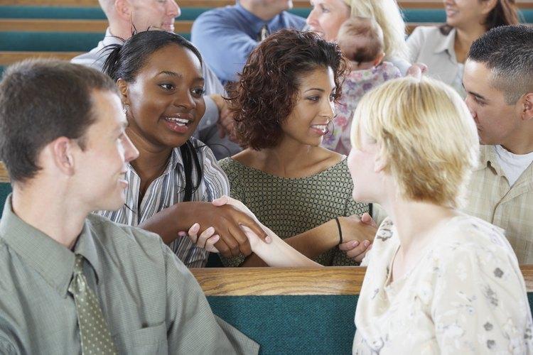 Tómate tiempo para saludar a las personas que no conozcas en la iglesia y así poder intercambiar nombres.