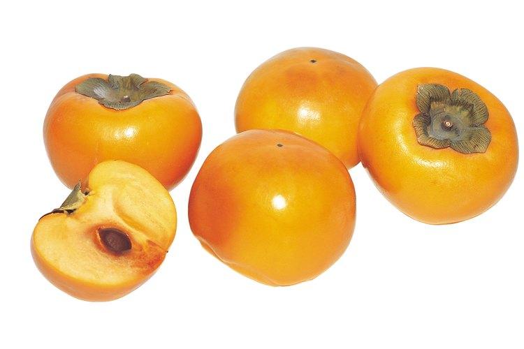 Las caquis fuyu son naranja y con forma similar a las calabazas.