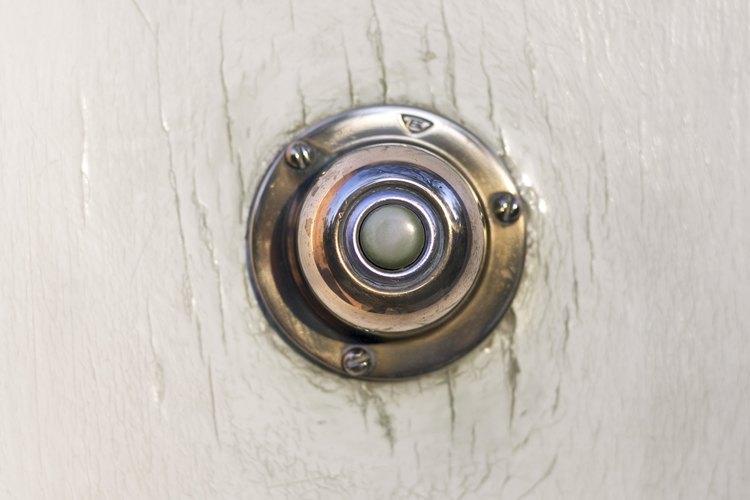 Reemplaza un timbre antiguo cableado con un timbre inalámbrico.