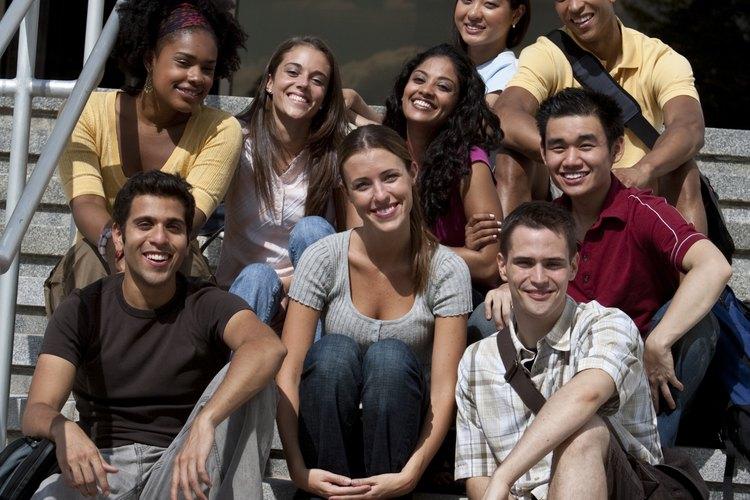 Los psicólogos sociales estudian las interacciones sociales y los comportamientos dentro de los grupos.