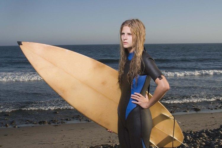 La exposición al agua salada y al sol le dan un look más tosco al peinado de surfista.