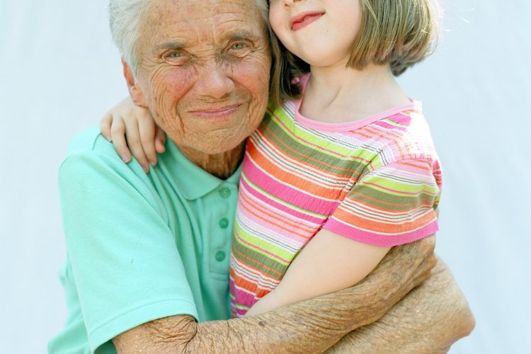 Ayuda a tu hijo a vestirse como la abuela.