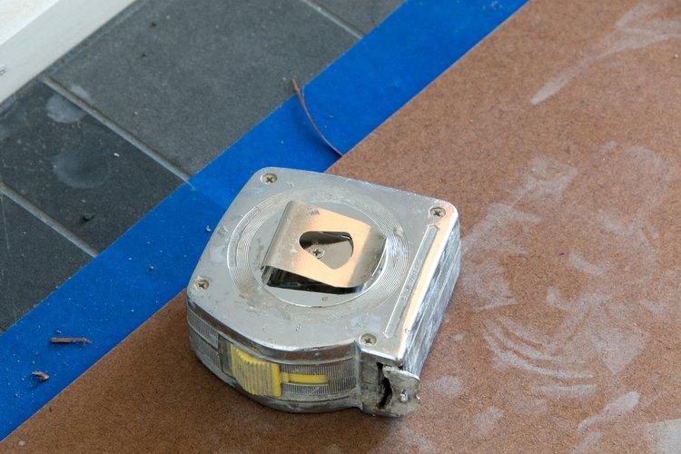 Usa una cinta métrica para verificar el área de tu patio.