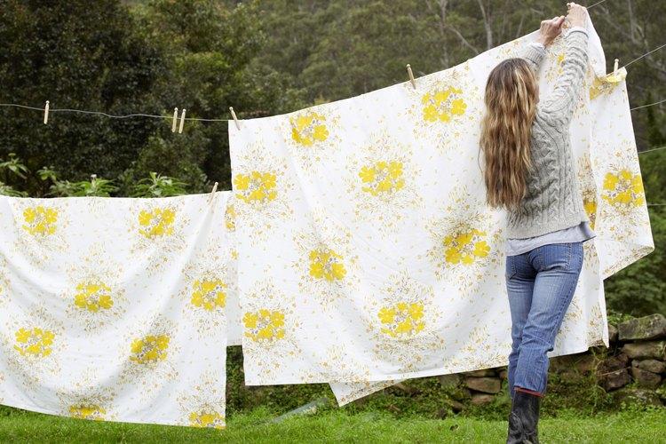 Las sábanas de cama están disponibles en rayas, colores sólidos y muchos patrones.