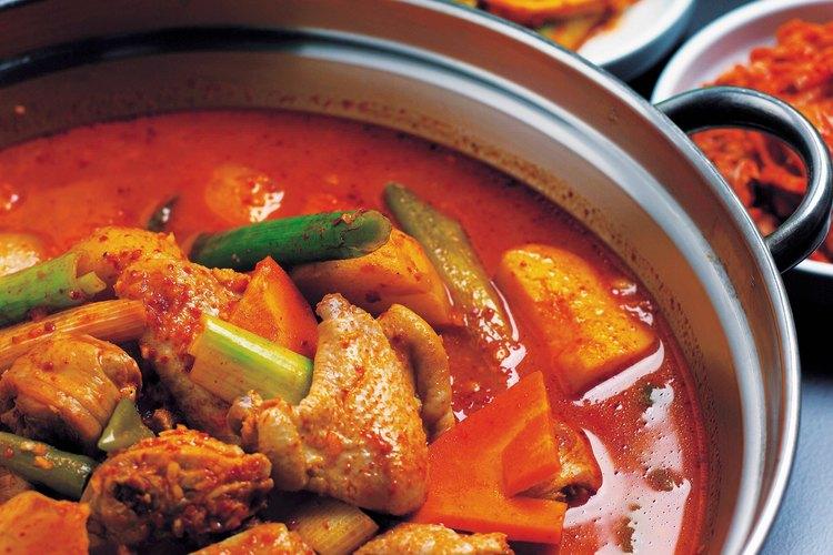 La pasta de curry rojo es esencial en los platos de curry tailandés, aunque el curry en polvo puede ser sustituido.
