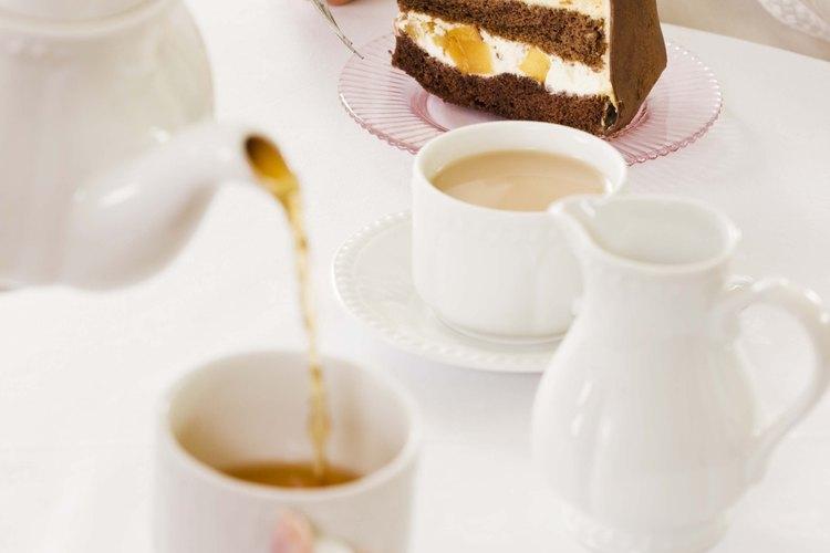 Sirve el té con una tetera china por la tarde.
