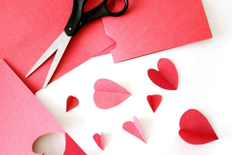 Cortar un gran corazón rojo en papel cartulina.