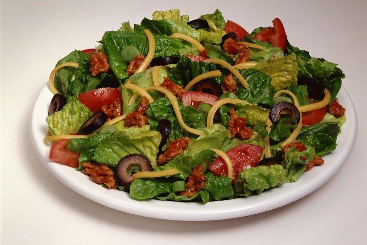 Encurte tus propias aceitunas para las ensaladas.