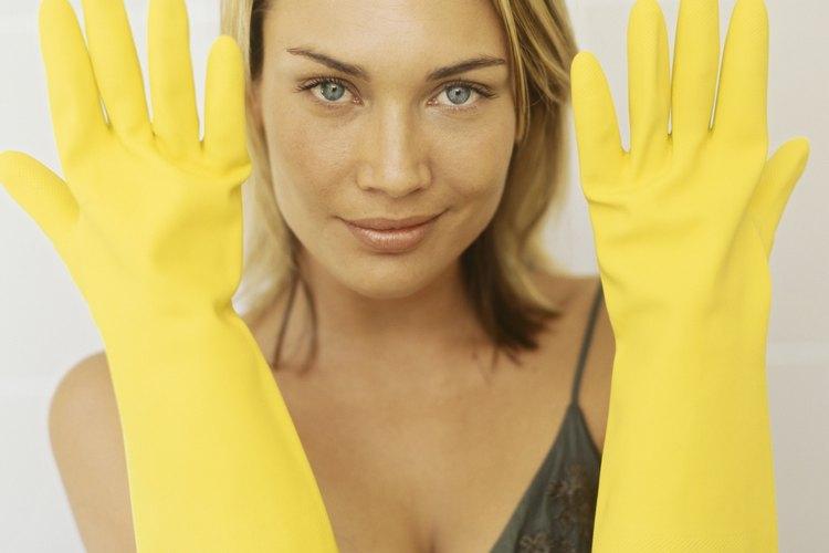 Usar guantes de hule hará menos espeluznante el destapar tu tina de baño.
