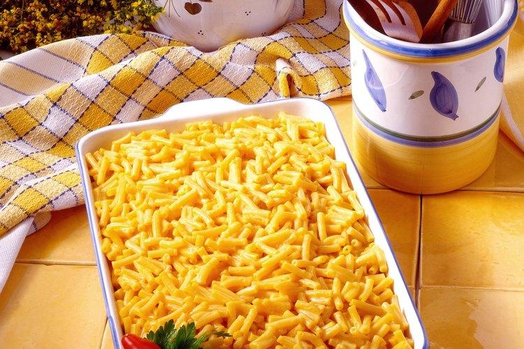 Agrega carne molida a los macarrones con queso.