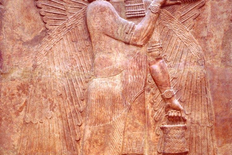 Una escultura mesopotámica en relieve de un sabio alado que representa al árbol de la vida.