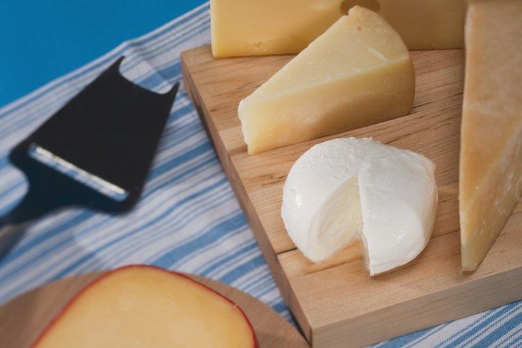 La champaña y el queso se complemetan bien mutuamente.