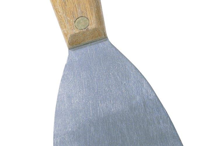 Usa una espátula de plancha triangular ó de masilla para quitar el empapelado de vinilo.