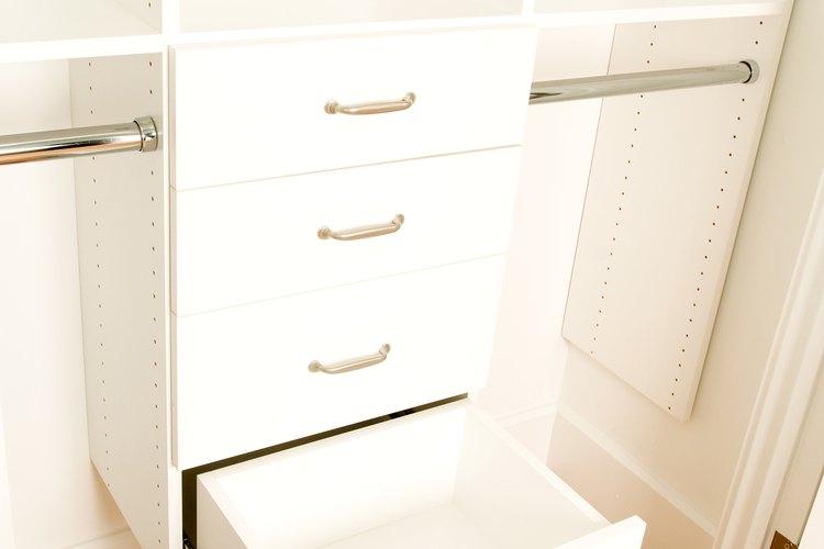 Agrega aromas placenteros a tus cajones de ropa o a tu armario.