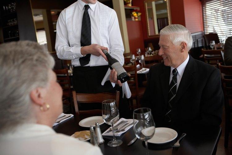 Los restaurantes suelen esperar que los camareros presenten el vino correctamente.