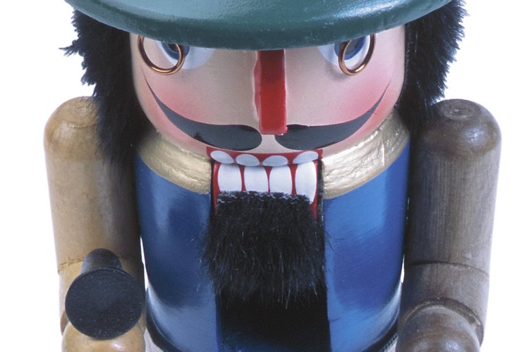 Este es un ejemplo de un adorno moderno de madera policromada.